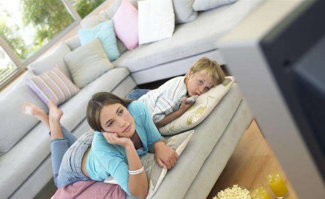 La tv in camera aumenta il rischio di obesità nei bambini