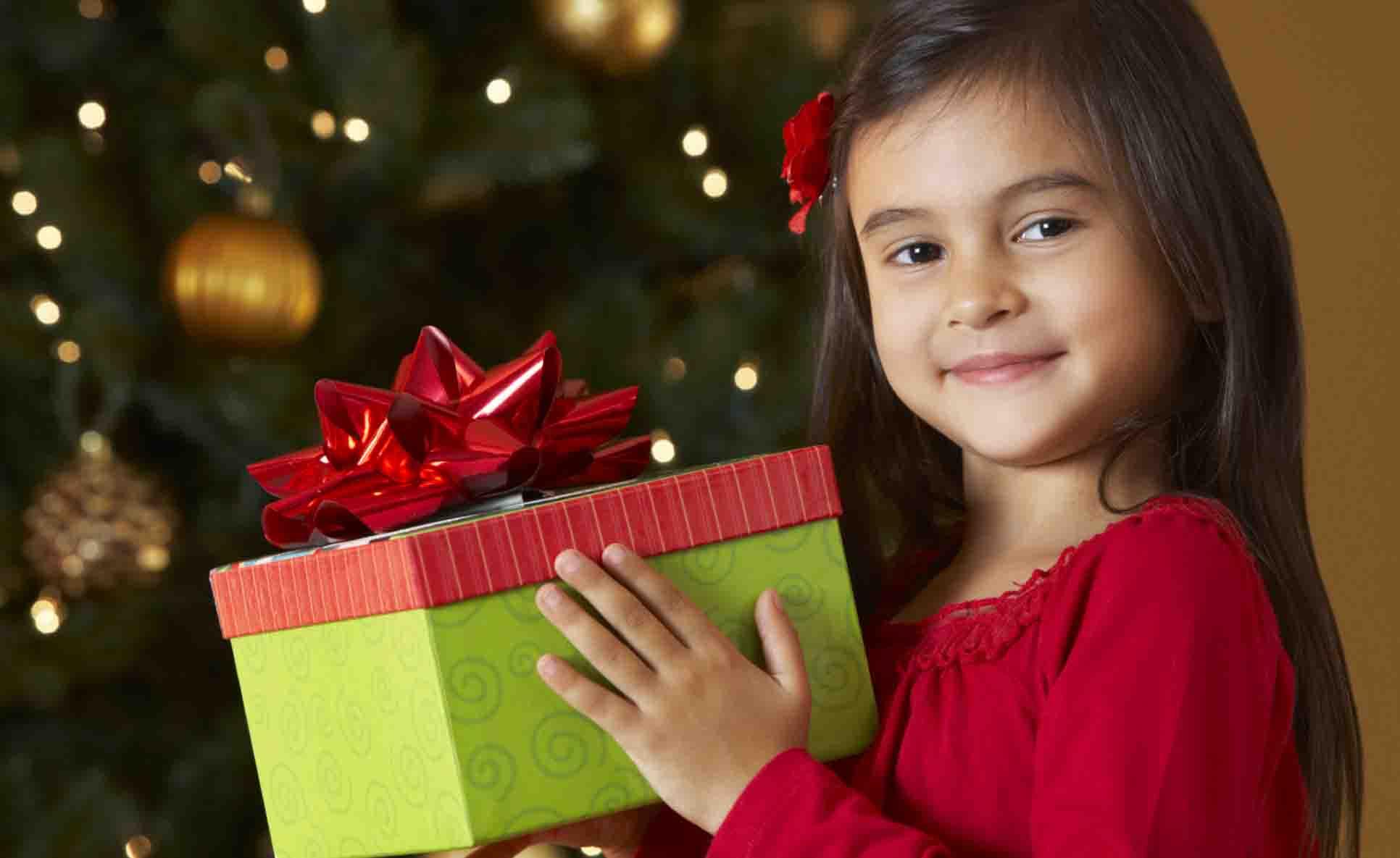 Troppi regali e ricompense rendono i bambini materialisti