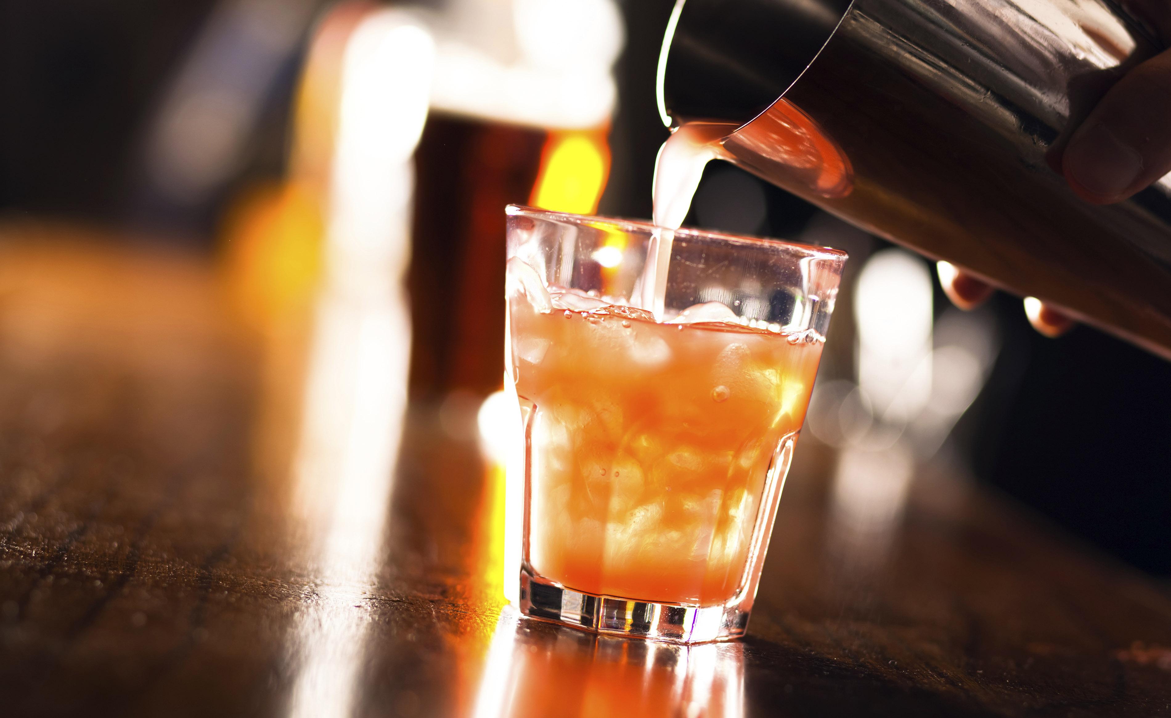 Alcool, energy drink e caffeina: un cocktail pericoloso
