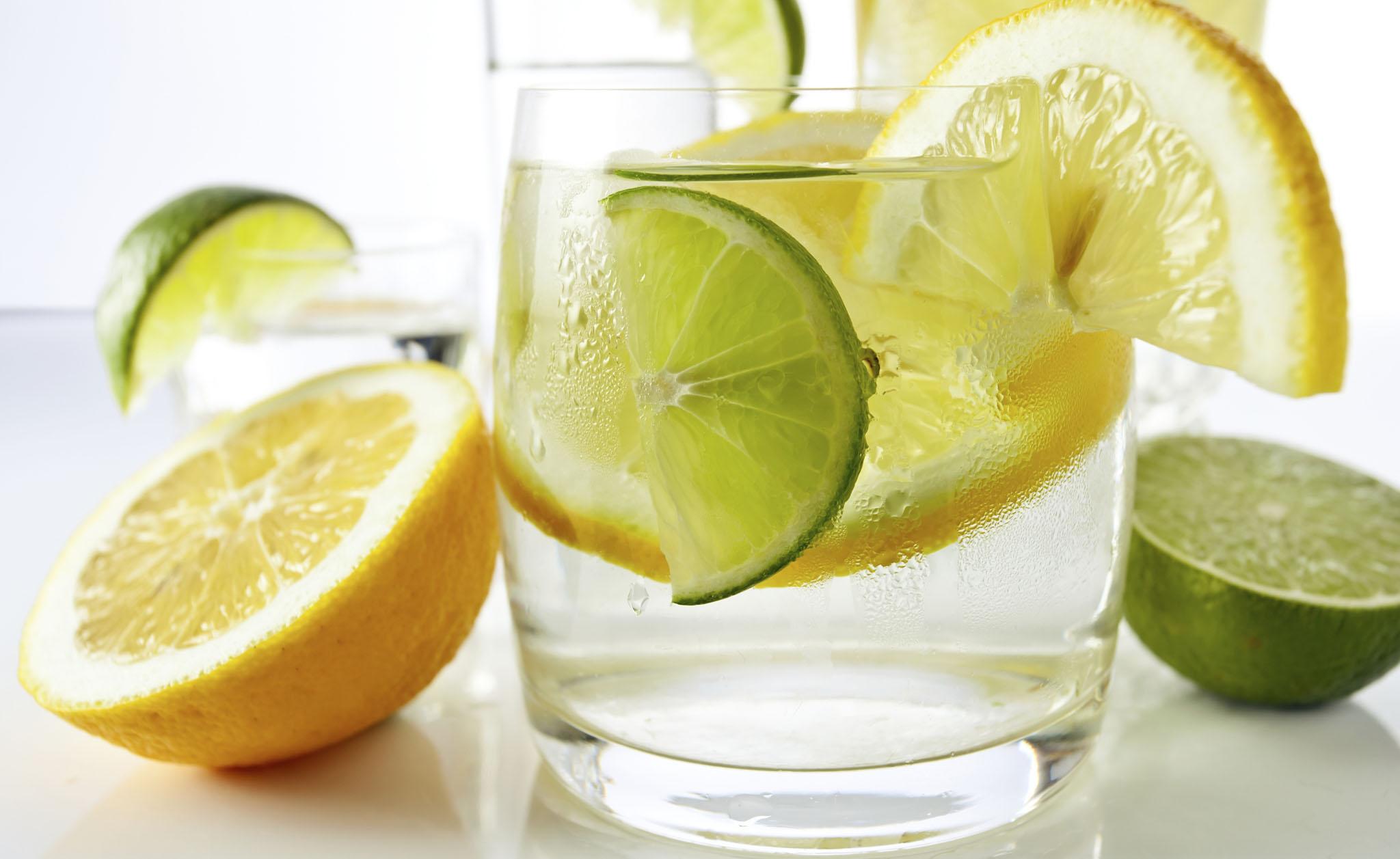 Acqua e limone: 10 motivi per berla tutti i giorni