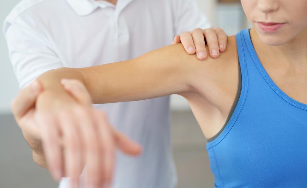 Gli esercizi per la riabilitazione della spalla
