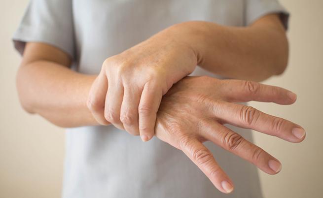 Mani che tremano? Le cause più comuni