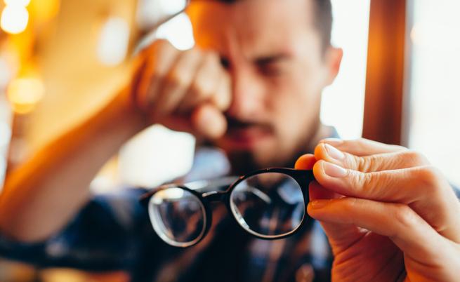 Congiuntivite, allergie e occhi gonfi: come scegliere il collirio giusto