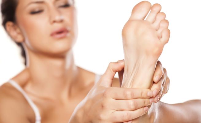SOS calli ai piedi: cosa fare quando le scarpe chiuse fanno male