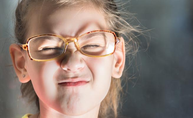 Il tuo bambino strizza gli occhi? Perché è importante capire le cause