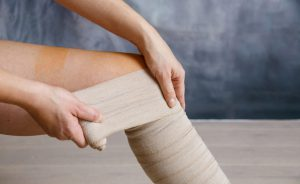Come medicare un'ulcera alla gamba: il bendaggio