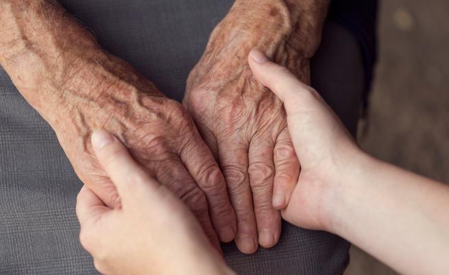 Tutte le agevolazioni per chi assiste parenti malati: legge 104, assegni e detrazioni