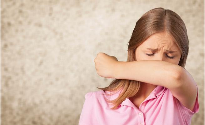 Devi starnutire? Vietato mettere le mani davanti alla bocca