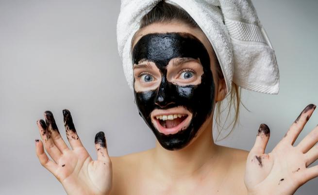 Maschera al carbone: perché dovremmo provarla (prima dell'estate)